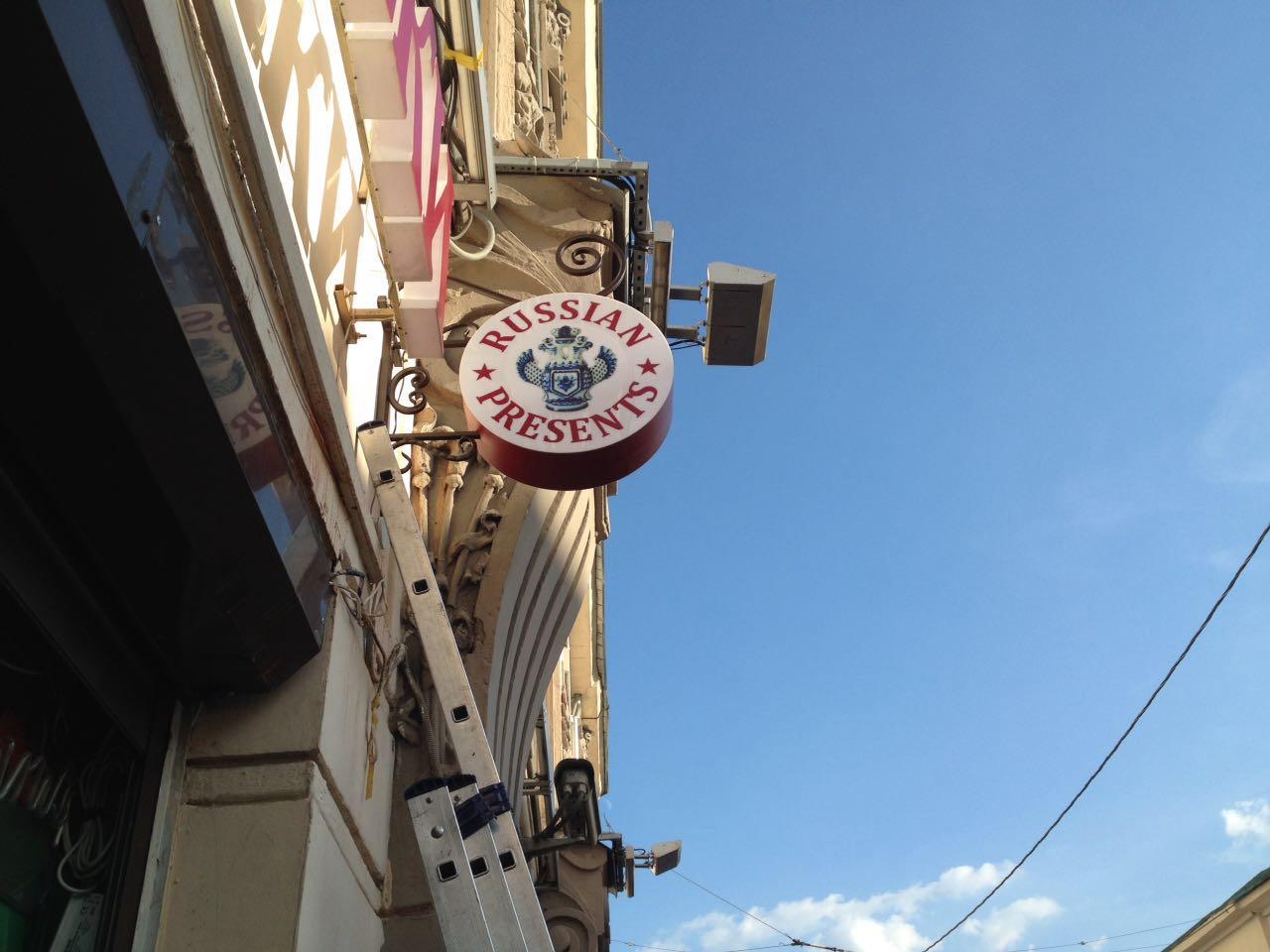 Панель-кронштейн для магазина по продаже алкогольной продукции
